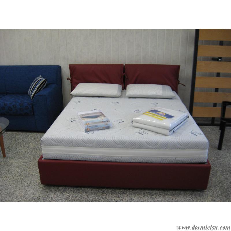 panoramica de letto completo di materasso e accessori
