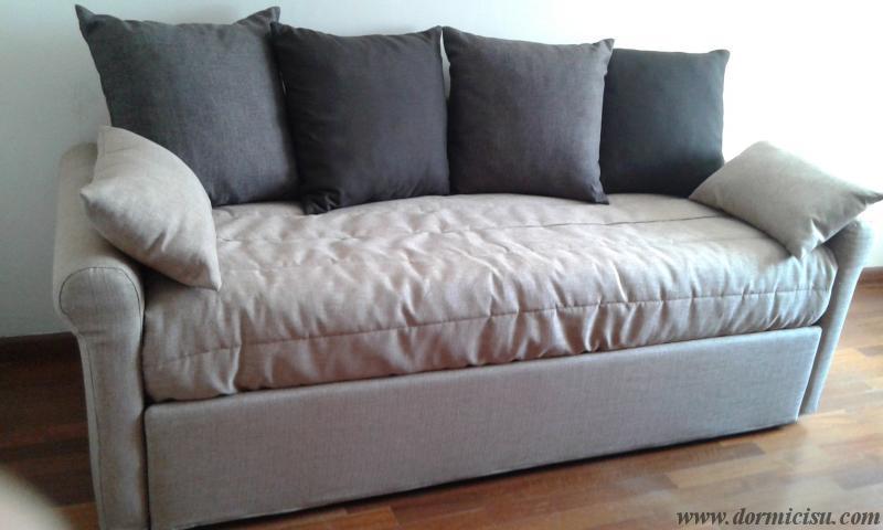divano con schienali,cuscini salvabracciolo e copertina in coordinato,accessorio con sovrapprezzo.