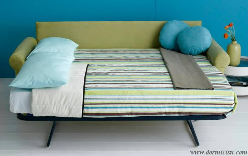 divano letto classico con letto estraibile aperto.