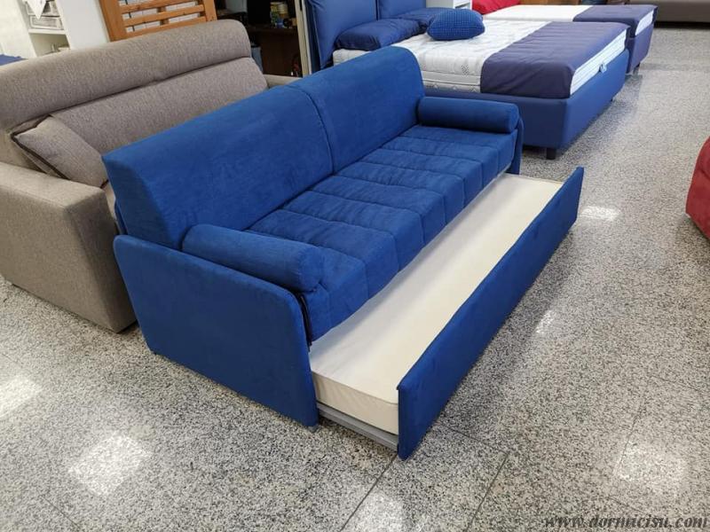 divano letto moderno con secondo letto in fase di apertura.RIVESTIMENTO ANTIMACCHIA
