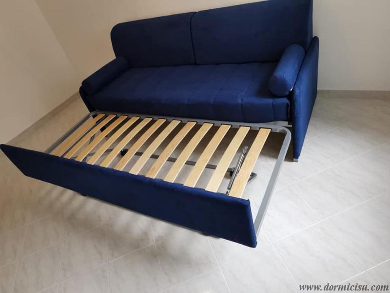 divano letto moderno con secondo letto aperto