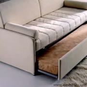 divano letto moderno con secondo letto in fase di apertura