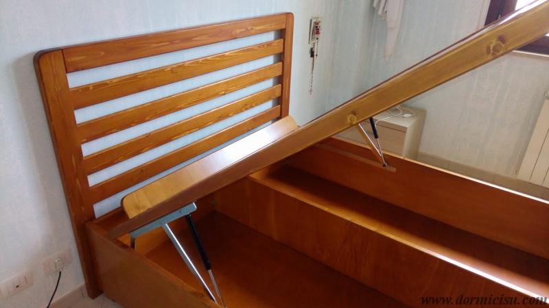 panoramica del letto apertp.Testata con doghe orizzontali.Colore Miele finitura lucida.