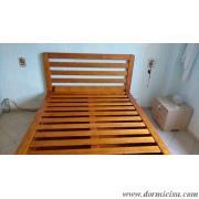 panoramica del letto.Testata con doghe orizzontali.Colore Miele finitura lucida.