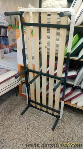 dettaglio del sotto rete singola con i 7 piedi montati.Il piede centrale puo' essere montato spostato verso il lato piu' utilizzato per sedersi.
