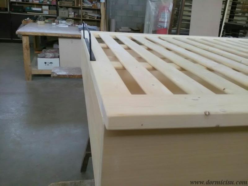 letto tutto legno realizzato con rete a filo contenitore con ingombro di lunghezza 190 cm.Fasi di lavorazione prima della verniciatura.