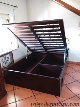 panoramica interna del letto contenitore con divisorio per cuccia animale domestico sul lato destro.