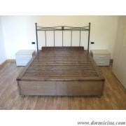 letto tutto legno abbinato a testata in ferro battuto.