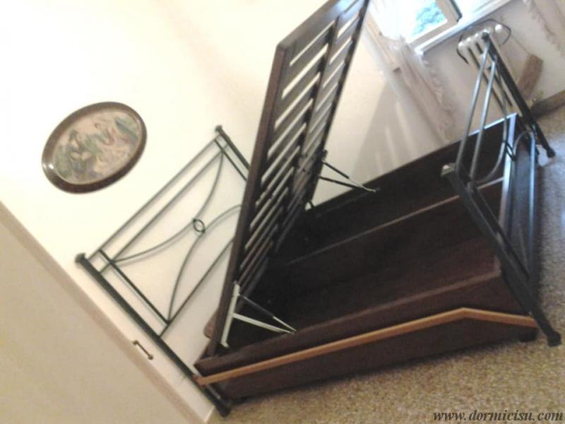 letto inserito all'interno del letto in Ferro battuto e rete aperta.