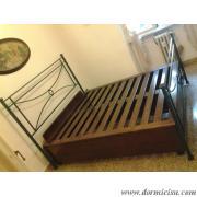 letto inserito all'interno del letto in Ferro battuto e rete chiusa.