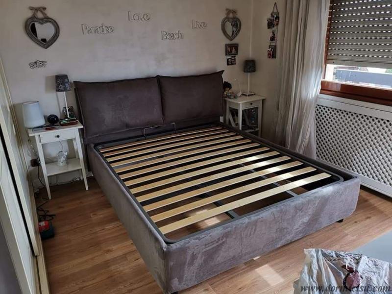 panoramica del letto colore tortora con rete a doghe strette con doppia traversa
