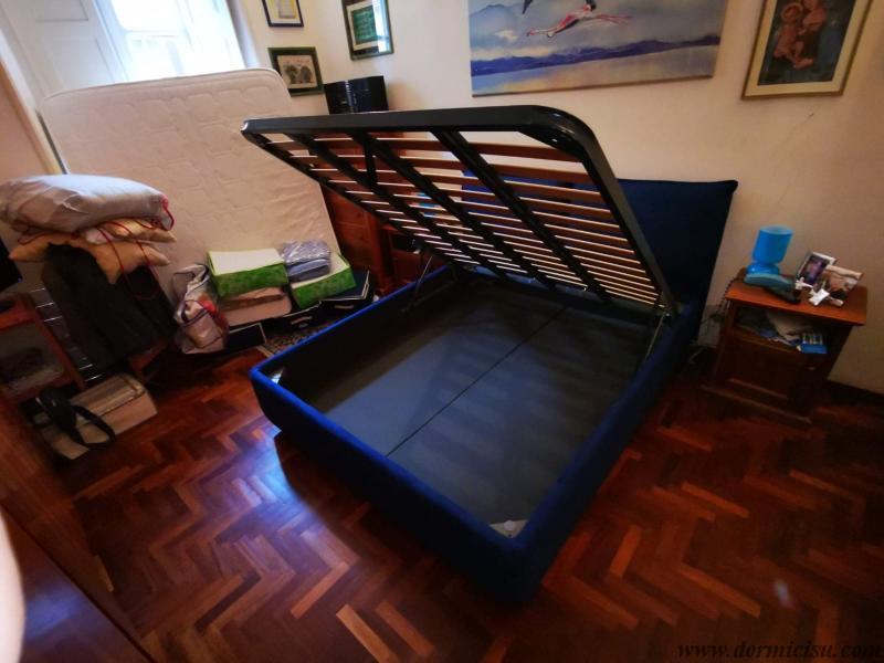 panoramica del letto con rete a doghe strette aperta