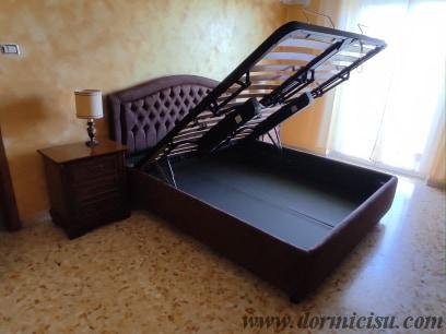 panoramica del letto con le rete alzata per avere accesso al vano contenitore