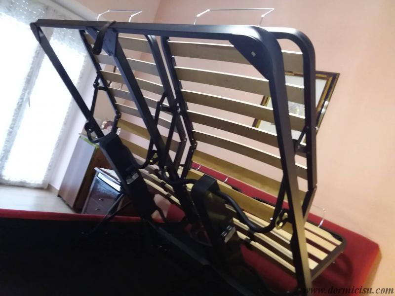 panoramica del letto con la rete in posizione per accesso al vano contenitore