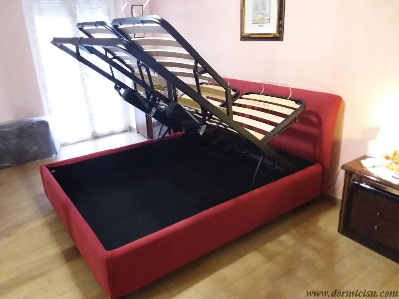 panoramica del letto con la rete alzata per accesso al vano contenitore