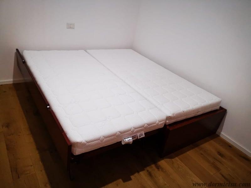 panoramica del sommier con rete estraibile e materassi a livello per formare un letto matrimoniale