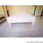 Letto contenitore piazza e mezza con rete a doghe larghe.colore bianco e piedi alti 13 cm